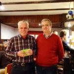 Lothar Hitziger und Ralf Puke beim Erntdankfest des Grossen-Dahlkamp e.V. 2017. Herr Hitziger hat einen Gutschein erhalten für 25 Jahre Vorstandsarbeit im Schreibergarten.